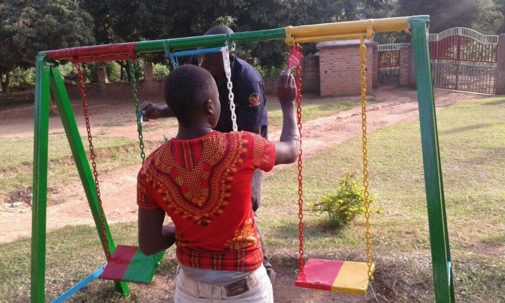 Alle helfen mit die Spielgeräte der Kinder neu zu streichen.