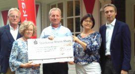 Der Vorstand empfängt die Spende des Landgolfclub Moyland