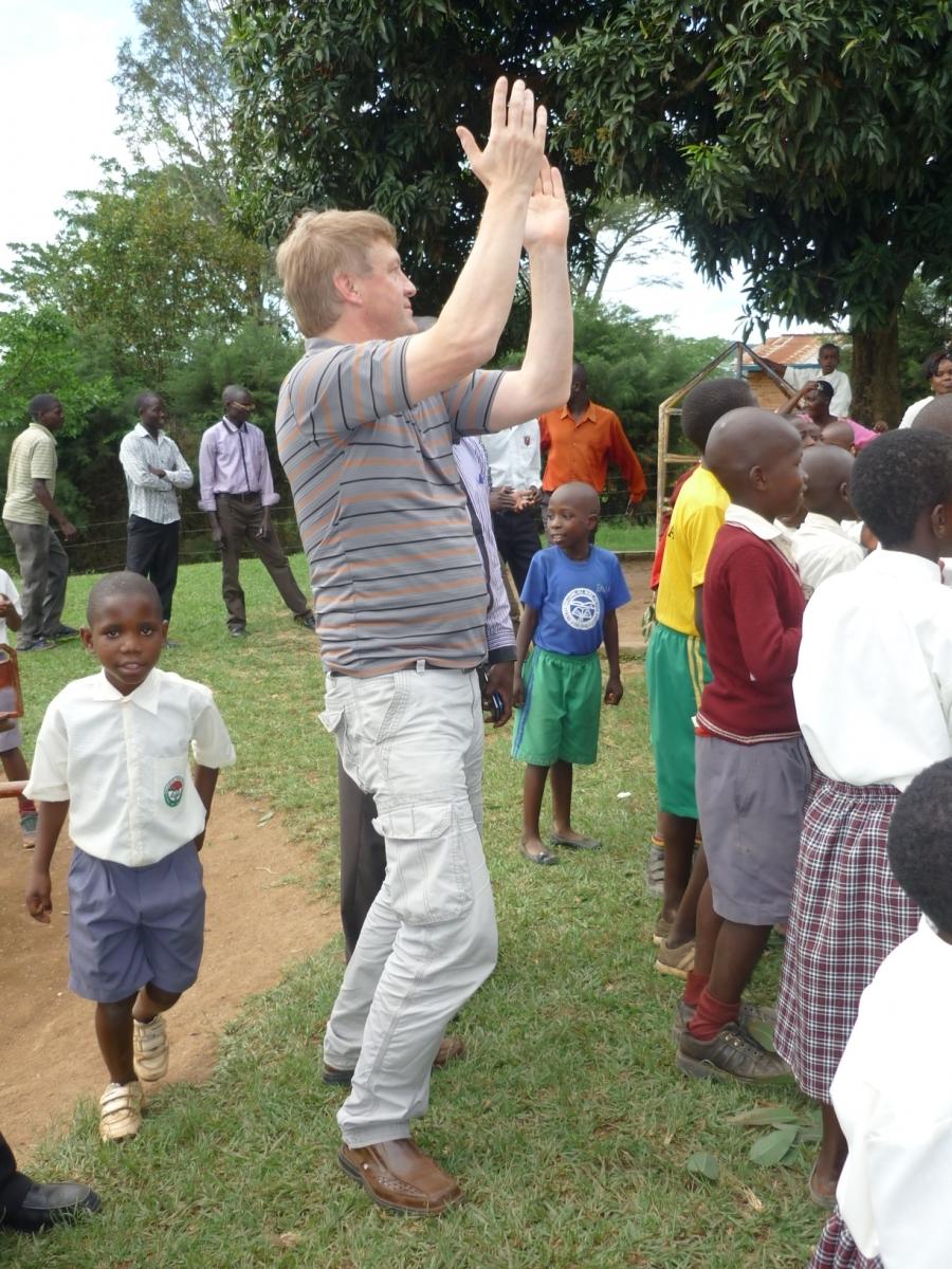 Schulgründer Willi Hendrix ruft die Kinder zusammen.