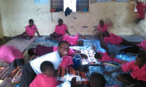 Kinder toben im provisorischen Schlafsaal